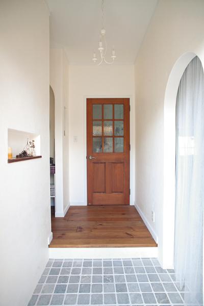 天然大理石のタイルのたたき台が風合い豊かな玄関