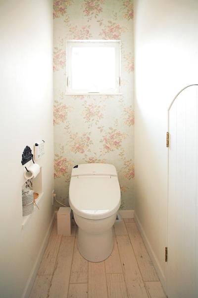 花柄の壁紙がおしゃれなトイレ