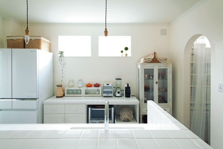 窓を設けて明るいキッチン