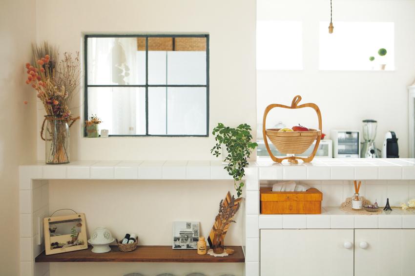 室内窓のあるキッチン