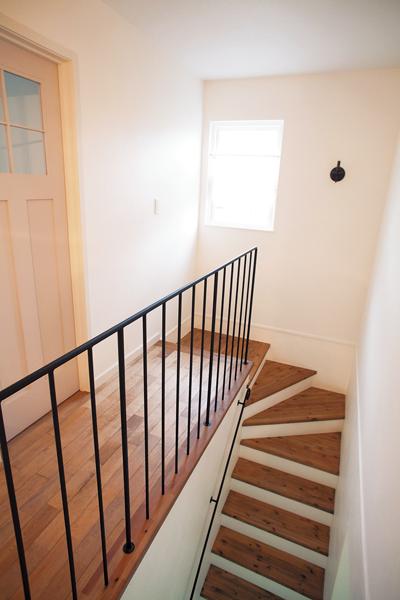 シンプルなアイアンの階段手すりやフェンス
