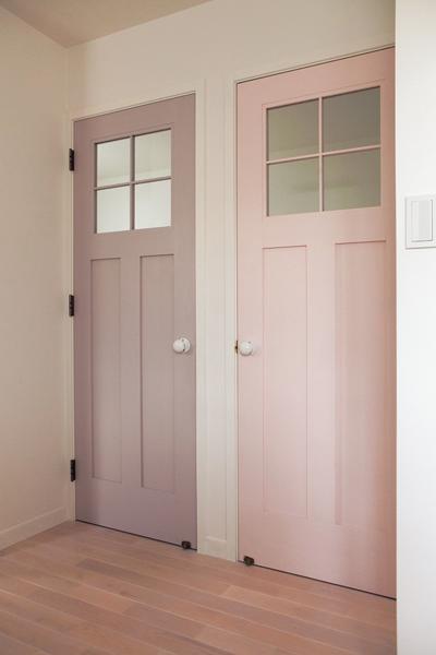 ピンクとパープルのドアの子供部屋
