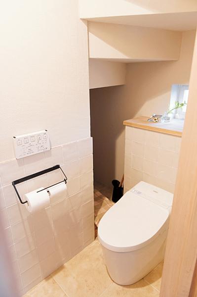 階段下の空間を利用したトイレ