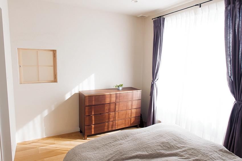 壁の小窓から1階を見下ろせる寝室