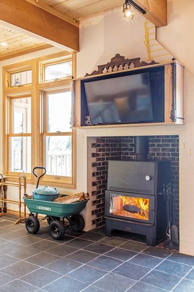 秋から春は温水床暖房に利用できる多機能薪ストーブ