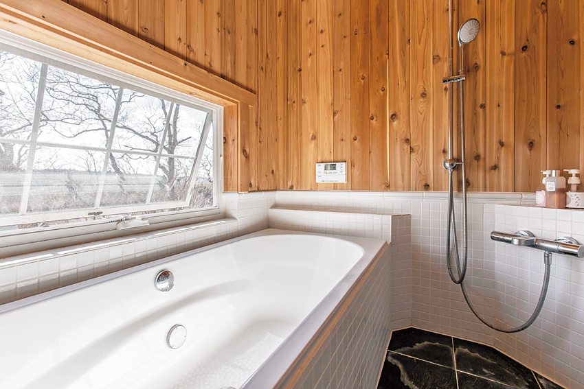 レッドシダーを壁面に張った浴室