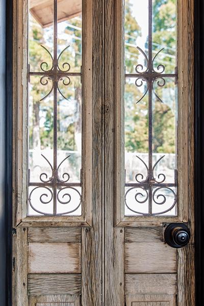 窓の装飾がおしゃれなアンティークドア