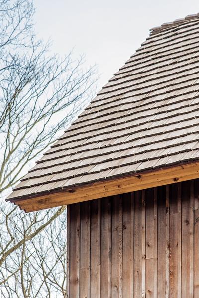 レッドシダーシェイクの屋根と無塗装のレッドシダーを目板張りにした外壁