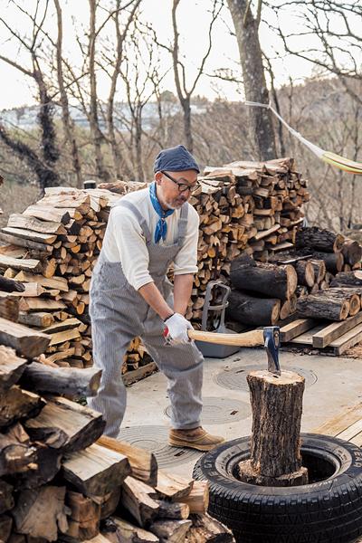薪割りをする男性