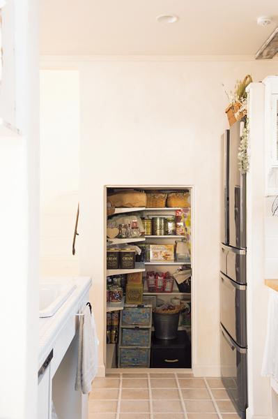 キッチン横に設けられたパントリー