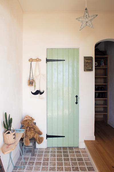 アンティークのドアの玄関