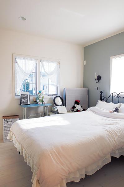 壁の1面がブルーグレーの寝室