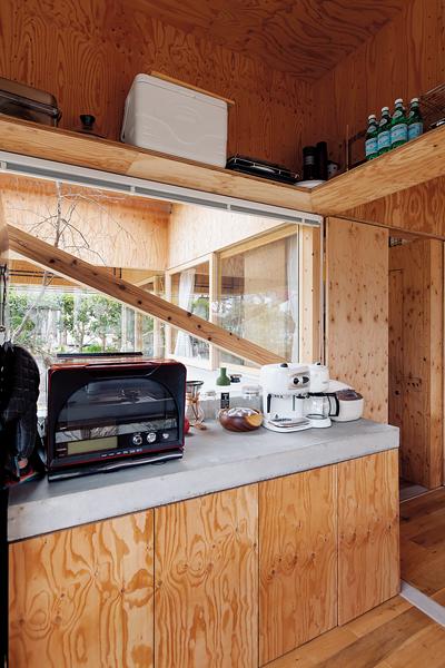 コンクリートが天板のキッチン背面