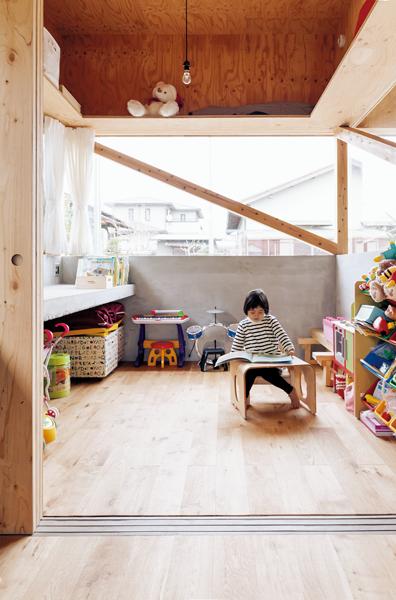 コンクリートのカウンターが勉強机の子ども部屋
