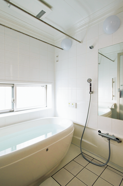 清潔感のある白で統一した浴室