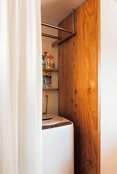 シャワーカーテンで目隠しされた洗濯機まわり