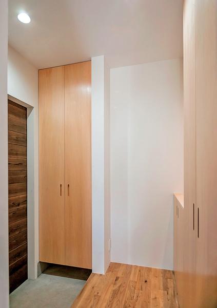 玄関を増築して設置した収納スペース