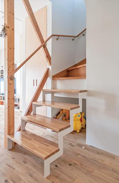 階段下の空洞の収納スペース