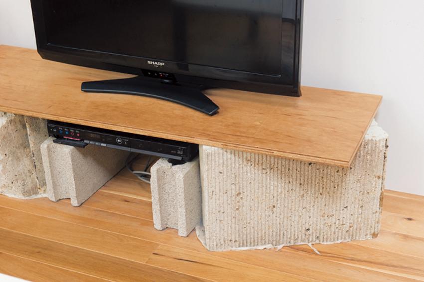塀を積み直して余った大谷石を使ったテレビ台