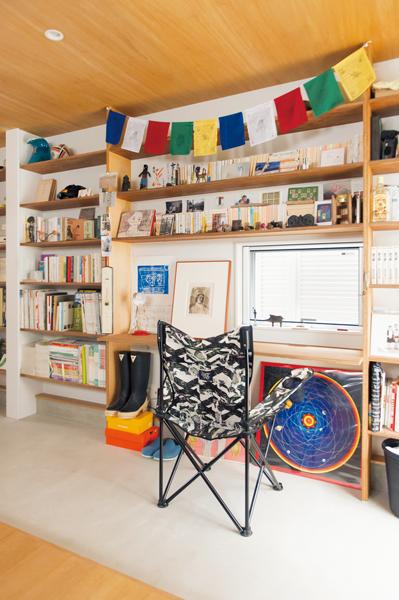 本棚にお気に入りのアートをディスプレイしたご主人の書斎スペース