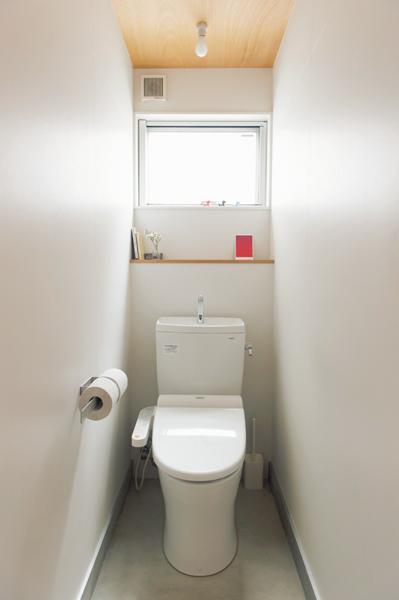 小さなオープン棚のみの潔い空間に機能美が光るトイレ
