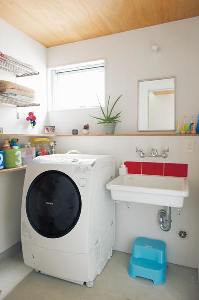 湿気がこもらないよう窓を設けた清潔感のある洗面室