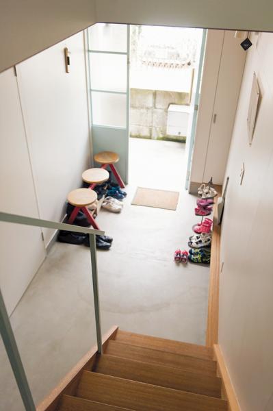 床を全面モルタル仕上げた玄関