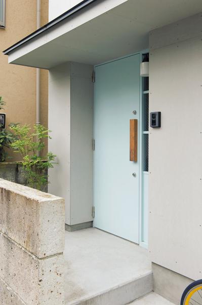 ブルーグレーの扉が目を引く外観