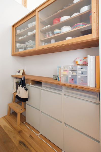 コンロ背面に造作した使い勝手のいい食器棚