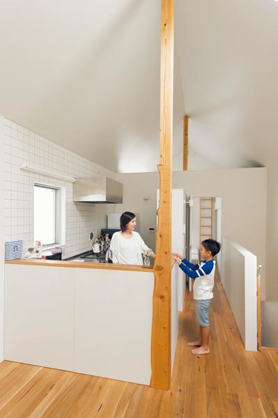 清潔かつ端正な雰囲気のL字型キッチン